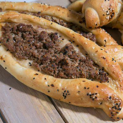 Türkisch Kochen? Ganz einfach! Kıymalı Pide Rezept - Gefüllte Teigschiffchen mit Hackfleisch